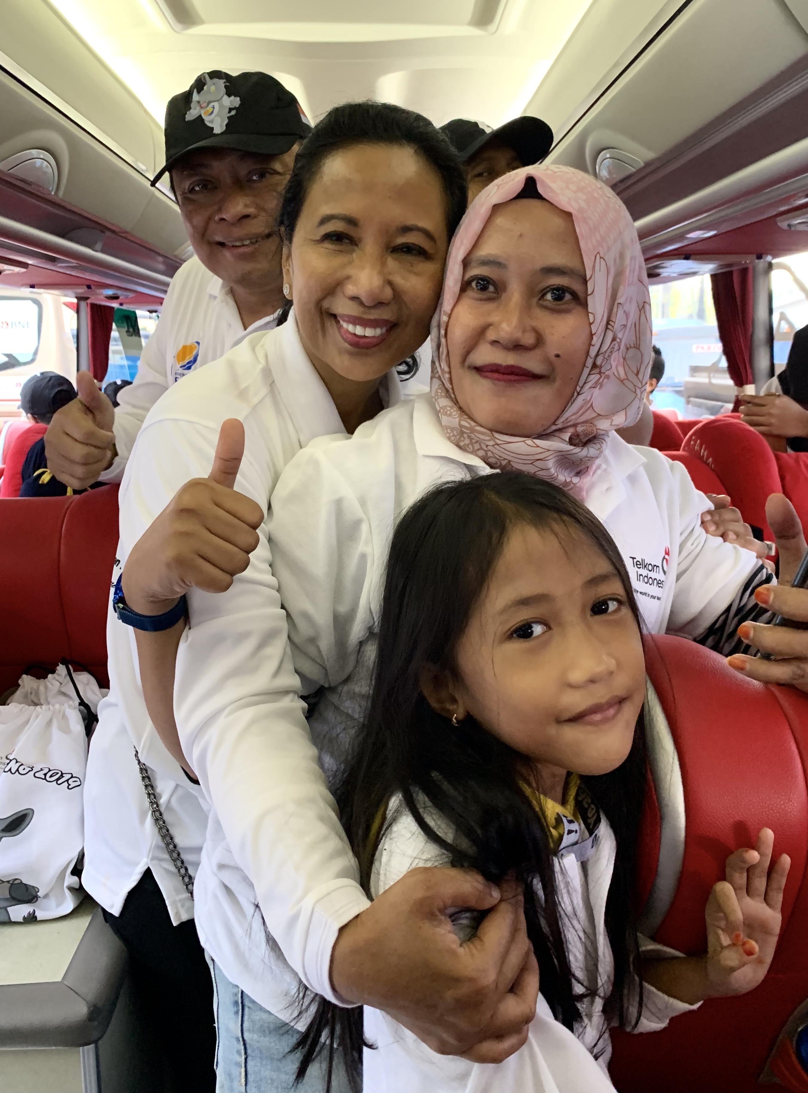 Menteri BUMN RI Rini M Soemarno didampingi Dirut Telkom Ririek Adriansyah berbincang dengan pemudik di Parkir Timur Gelora Bung Karno, Jakarta, Kamis (30/5).