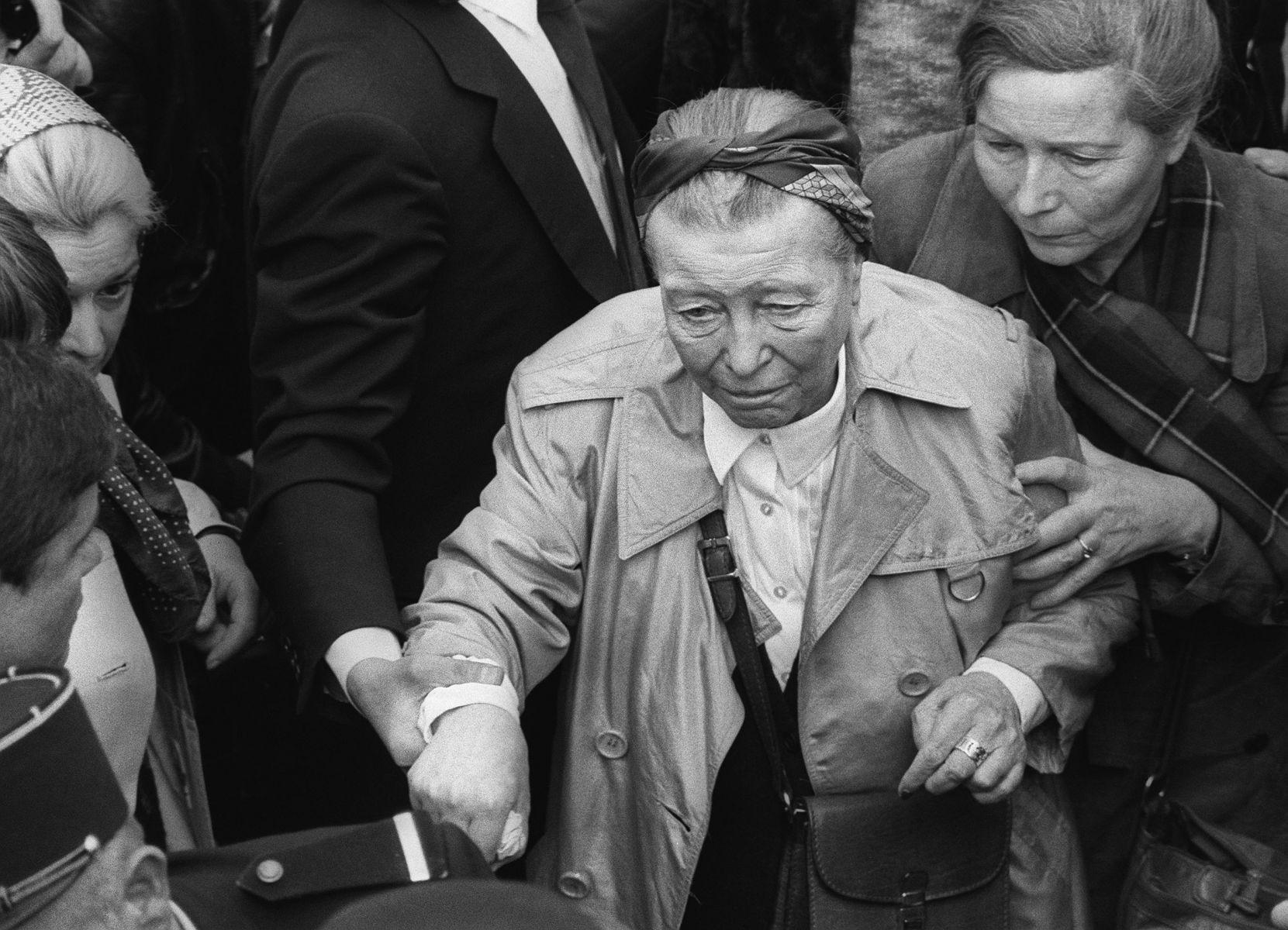 Simone de Beauvoir (tengah) saat menghadiri pemakaman Jeal-Paul Sartre, di Paris, pada 19 April 1980.