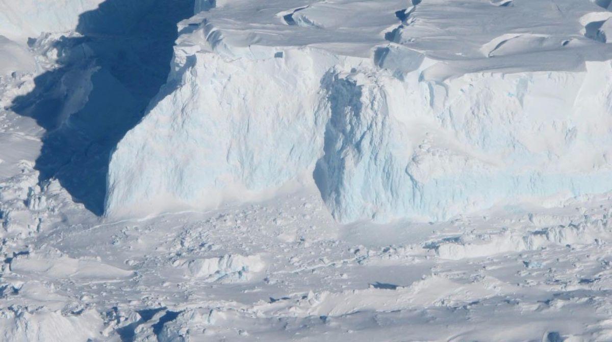 Tepian Thwaites Ice Shelf