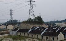 Warga melintas di perumahan bersubsidi di Rangkasbitung, Lebak, Banten, Selasa (10/11)