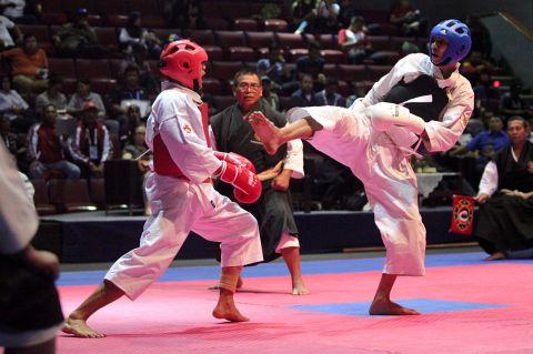 Dua atlet kempo bertarung di PON 2016 di Bandung, Jawa Barat.