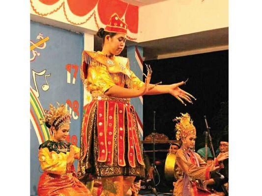 Mak Yong adalah seni tradisi Melayu yang menggabungkan unsur tari