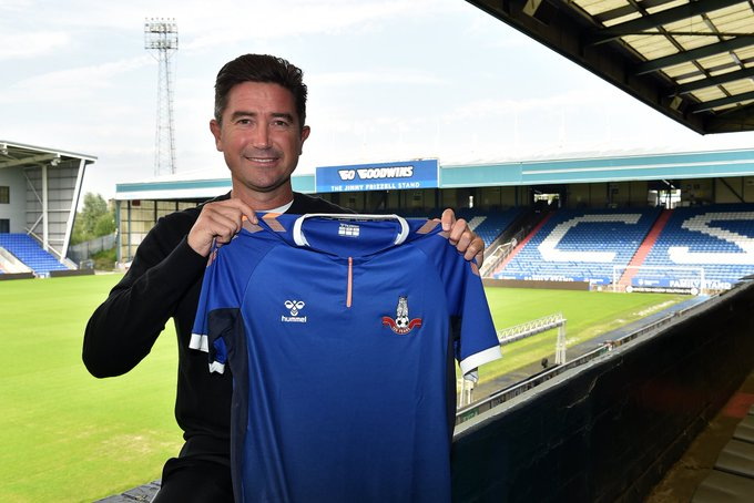 Harry Kewell Tangani Oldham Athletic
